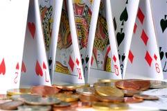 Château des cartes et des pièces de monnaie photo stock