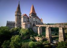 Château dramatique de Corvin en été photographie stock libre de droits