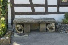 Château du Lichtenstein - bâtiment auxiliaire avec la statue deux en pierre photos stock