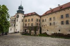 Château enrichi d'entrée dans Pieskowa Skala sur le nid du ` s d'Eagle Image libre de droits