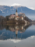 Château et église se reposant sous les montagnes Photos stock