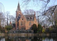 Château et étang à l'hiver Photographie stock