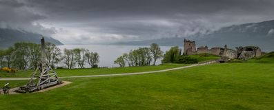 Château et catapulte d'Urquhart photos stock