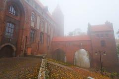 Château et cathédrale de Kwidzyn par temps brumeux Photographie stock libre de droits