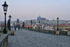 Château et Charles Bridge de Prague à l'aube Photographie stock libre de droits