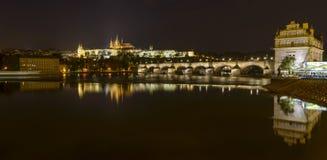 Château et Charles Bridge de Prague Photos libres de droits