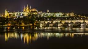 Château et Charles Bridge de Prague la nuit Photographie stock