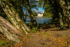 Château et lac de Nieul Photo stock