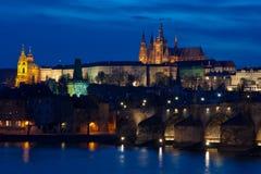 Château et passerelle de Charles par nuit à Prague Image stock