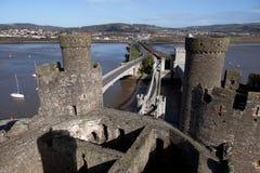 Château et passerelle de Conwy au-dessus de l'estuaire Photos libres de droits