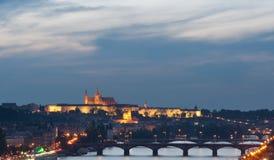 Château et passerelles de Prague au coucher du soleil Photo libre de droits