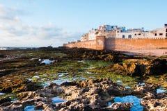 Château et port d'Essaouira sur la côte atlantique au Maroc, Afrique du Nord au coucher du soleil Photographie stock