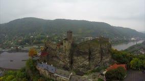 Château européen médiéval sur le tir aérien de roches, brouillard de ville de rivière clips vidéos