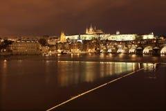 Château gothique de Milou Prague la nuit Photographie stock