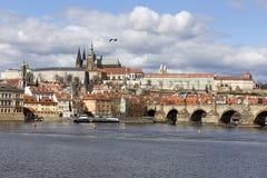 Château gothique de Prague de ressort avec Lesser Town au-dessus de rivière Vltava pendant le jour ensoleillé, République Tchèque Photographie stock libre de droits