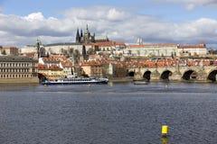 Château gothique de Prague de ressort avec Lesser Town au-dessus de rivière Vltava pendant le jour ensoleillé, République Tchèque Photos libres de droits
