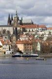 Château gothique de Prague de ressort avec Lesser Town au-dessus de rivière Vltava pendant le jour ensoleillé, République Tchèque Images libres de droits