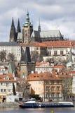 Château gothique de Prague de ressort avec Lesser Town au-dessus de rivière Vltava pendant le jour ensoleillé, République Tchèque Photographie stock