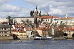 Château gothique de Prague de ressort avec Lesser Town au-dessus de rivière Vltava pendant le jour ensoleillé, République Tchèque Photos stock