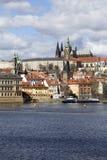 Château gothique de Prague de ressort avec Lesser Town au-dessus de rivière Vltava pendant le jour ensoleillé, République Tchèque Image libre de droits
