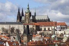 Château gothique de Prague de ressort avec Lesser Town au-dessus de rivière Vltava pendant le jour ensoleillé, République Tchèque Photo stock