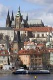 Château gothique de Prague de ressort avec Lesser Town au-dessus de rivière Vltava pendant le jour ensoleillé, République Tchèque Images stock
