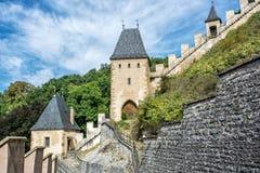 Château gothique Karlstejn en République Tchèque, murs et tourelles Photos libres de droits