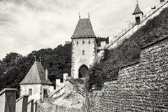 Château gothique Karlstejn en République Tchèque, murs et tourelles, Co Photos stock