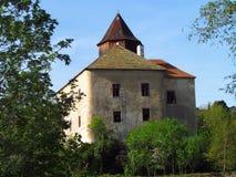 Château gothique médiéval sur une roche, une tour et un bâtiment principal, République Tchèque, photographie stock libre de droits