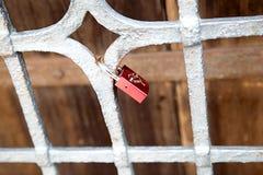 Château inscrit des nouveaux mariés d'amour sur la grille, symbole, tradition Photos libres de droits