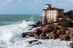 Château italien sur un récif en cassant la mer Images stock