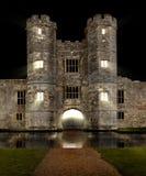 Château la nuit avec le fossé Image stock