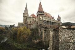 Château médiéval, avec la passerelle et le fossé Images stock