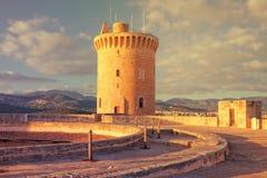 Château médiéval célèbre de Bellver au coucher du soleil en Palma de Mallorca, S photos libres de droits