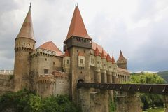 Château médiéval de Hunyad ou de Corvin, ville de Hunedoara, la Transylvanie r images libres de droits