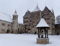 Château médiéval enduit dans la neige en hiver images stock