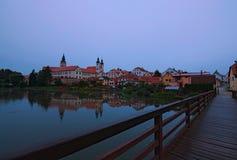 Château médiéval et vieille ville avec de belles réflexions de miroir sur l'eau lisse de lac Paysage d'ÉTÉ photos libres de droits