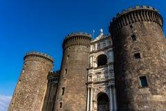 Château médiéval Maschio Angioino dans un jour d'été à Naples images libres de droits