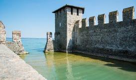 Château médiéval Scaliger dans la vieille ville Sirmione sur le lac Lago di Ga Photos libres de droits