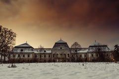 Château neigeux médiéval en hiver la nuit avec le beau ciel rouge-orange Château rampant en Slovaquie Grand castl historique euro Photo stock