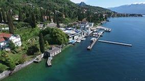 Château Panorama du policier magnifique de lac entouré par des montagnes, Italie Tir visuel avec le bourdon banque de vidéos