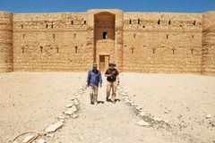 Château Qasr Kharana Kharanah ou Harrana de désert de visite de personnes près d'Amman, Jordanie Image libre de droits