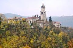 Château Rihenberk Kras de région de Gorica Karst Primorska de vue de village de Branik Slovénie Photographie stock libre de droits