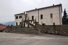 Château Rihenberk Kras de région de Gorica Karst Primorska de vue de village de Branik Slovénie Photographie stock