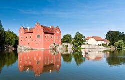 Château rouge au milieu d'étang Photographie stock