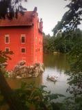 Château rouge avec le bateau à rames Image libre de droits