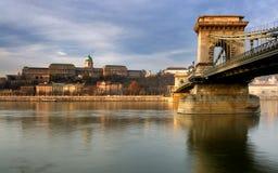 Château royal et passerelle à chaînes à Budapest Photographie stock