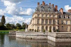 Château royal médiéval Fontainbleau et lac Photographie stock libre de droits