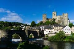 Château Runkel un der Lahn avec le pont au ciel bleu Allemagne photo stock