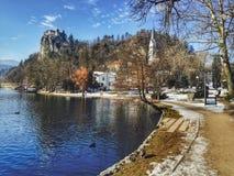 Château saigné apparaissant indistinctement au-dessus du lac saigné, Slovénie images stock